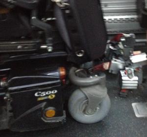attache fauteuil dans bus